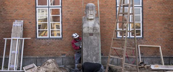 Stor skulptur flyttet ved Museet