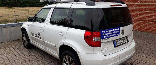 Hvid bil på tyske plader fotograferer vejene