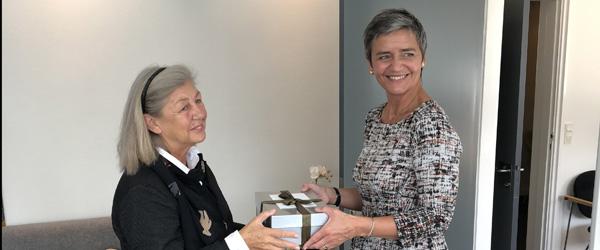 Margrethe Vestager syer bamse til særligt museum
