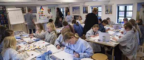 Elever fra Skagen Skole maler kunst til Dronningens fødselsdag