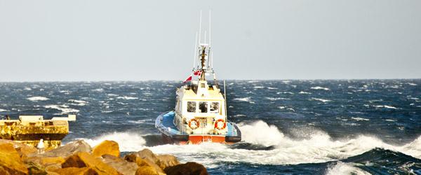 DanPilot bådmænd redder mand i Skagen havn