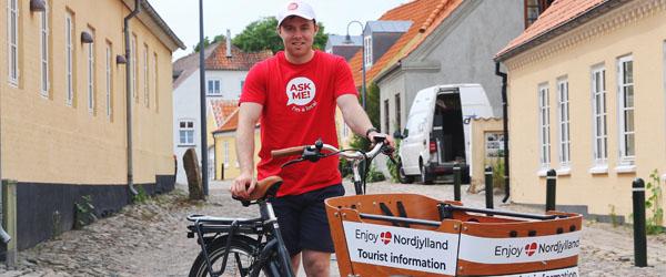 Cyklende turistengle på gaden i Skagen, Sæby og Frederikshavn