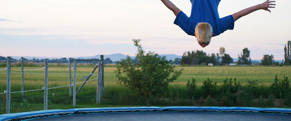 Flere børn slår tænderne på trampolinen